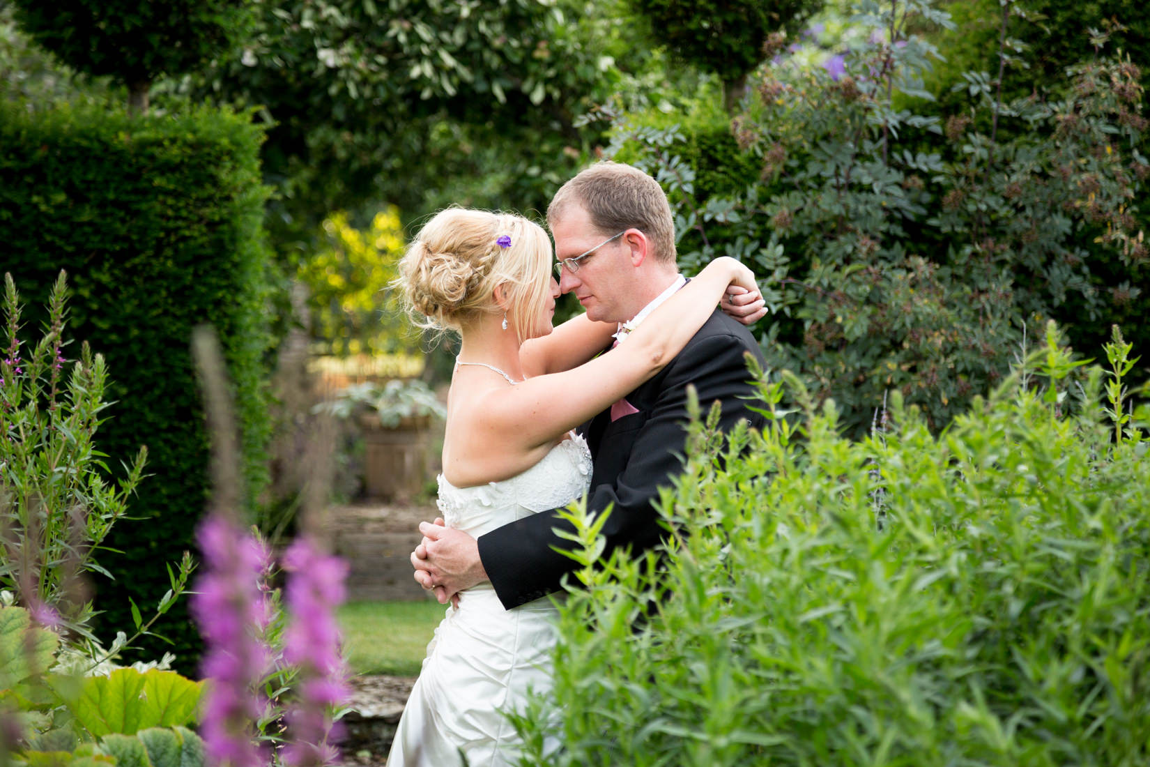 photography from a wedding at oxleaze barn in burford